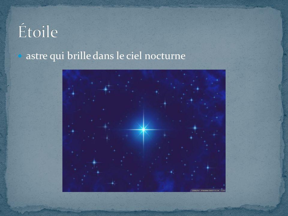 astre qui brille dans le ciel nocturne