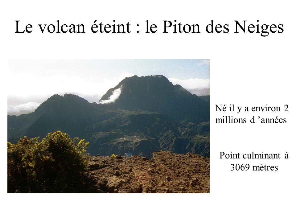 Le volcan éteint : le Piton des Neiges Né il y a environ 2 millions d années Point culminant à 3069 mètres