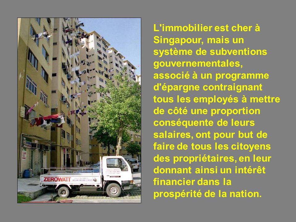 Le commerce et la finance sont à la base de le prospérité de Singapour. Les industries sont nombreuses, notamment dans les secteurs de la machinerie,