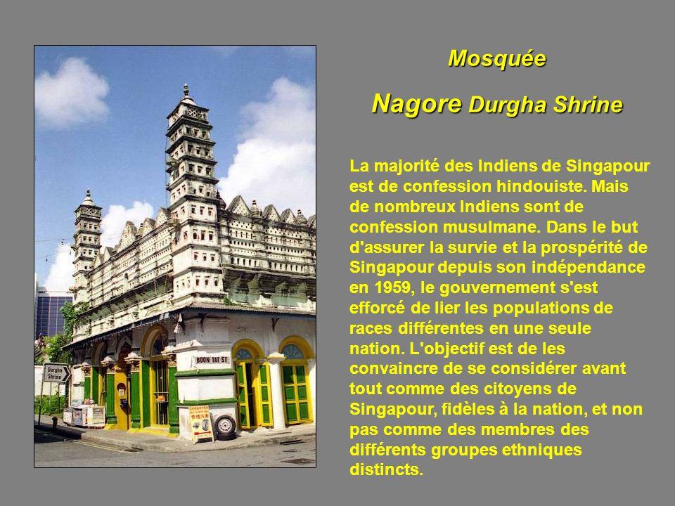 Les membres des trois principaux groupes ethniques ont conservé la plupart de leurs coutumes et de leurs croyances religieuses. Les diverses sectes bo