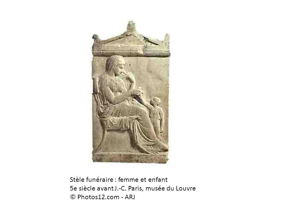 Stèle funéraire : femme et enfant 5e siècle avant J.-C. Paris, musée du Louvre © Photos12.com - ARJ