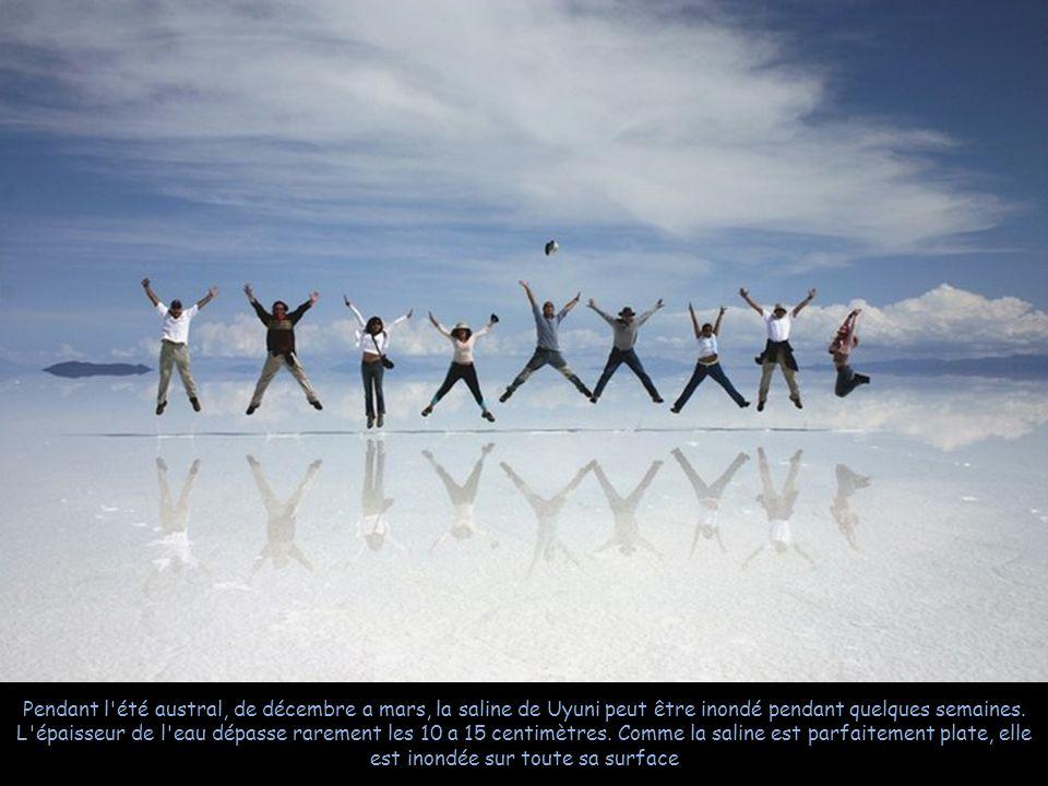 Le plus grand miroir du monde Panorama de 360 degrés au centre du désert. La pseudo-île d Incahuasi, visible un peu à droite du centre de la photo, es