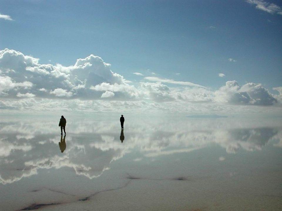 Pendant l'été austral, de décembre a mars, la saline de Uyuni peut être inondé pendant quelques semaines. L'épaisseur de l'eau dépasse rarement les 10