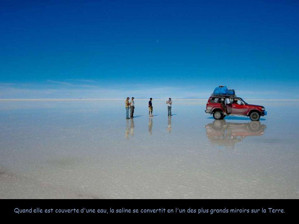 Quand elle est couverte d une eau, la saline se convertit en l un des plus grands miroirs sur la Terre.
