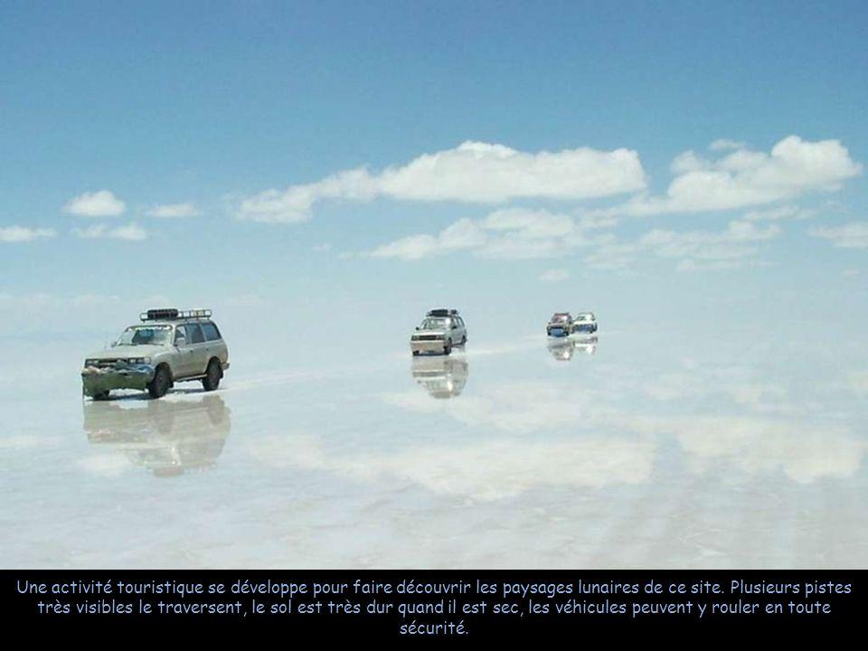 Quand elle est couverte d'une eau, la saline se convertit en l'un des plus grands miroirs sur la Terre.