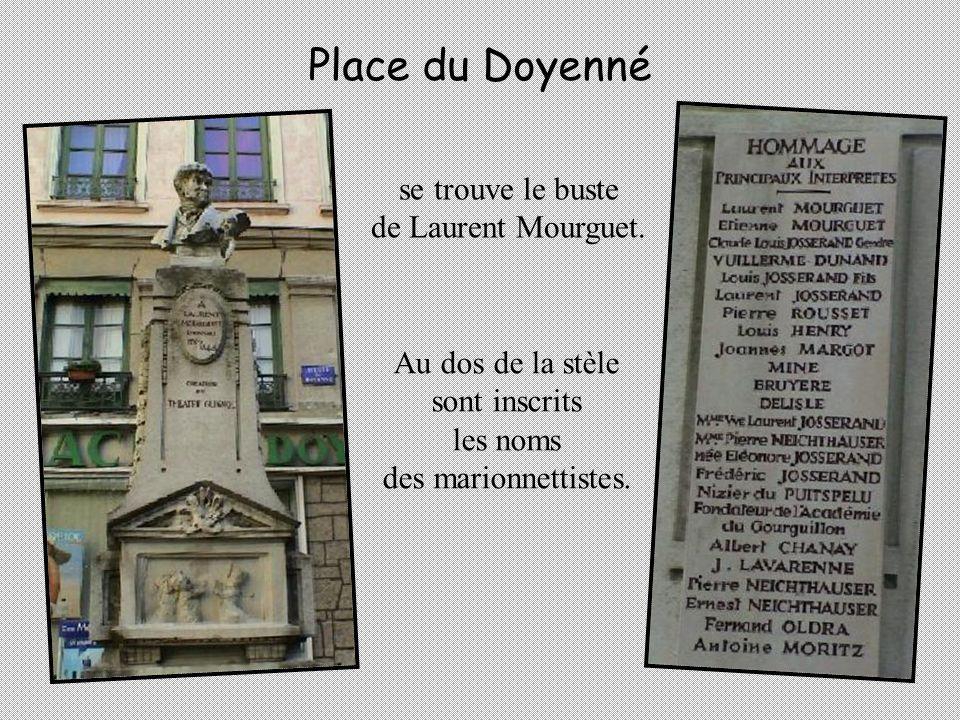 LHorloge Charvet donne lheure aux Lyonnais depuis 1852. Guignol, Gnafron, Polichinelle et Arlequin sont en cuivre rouge et leur tête est en bois. Quan