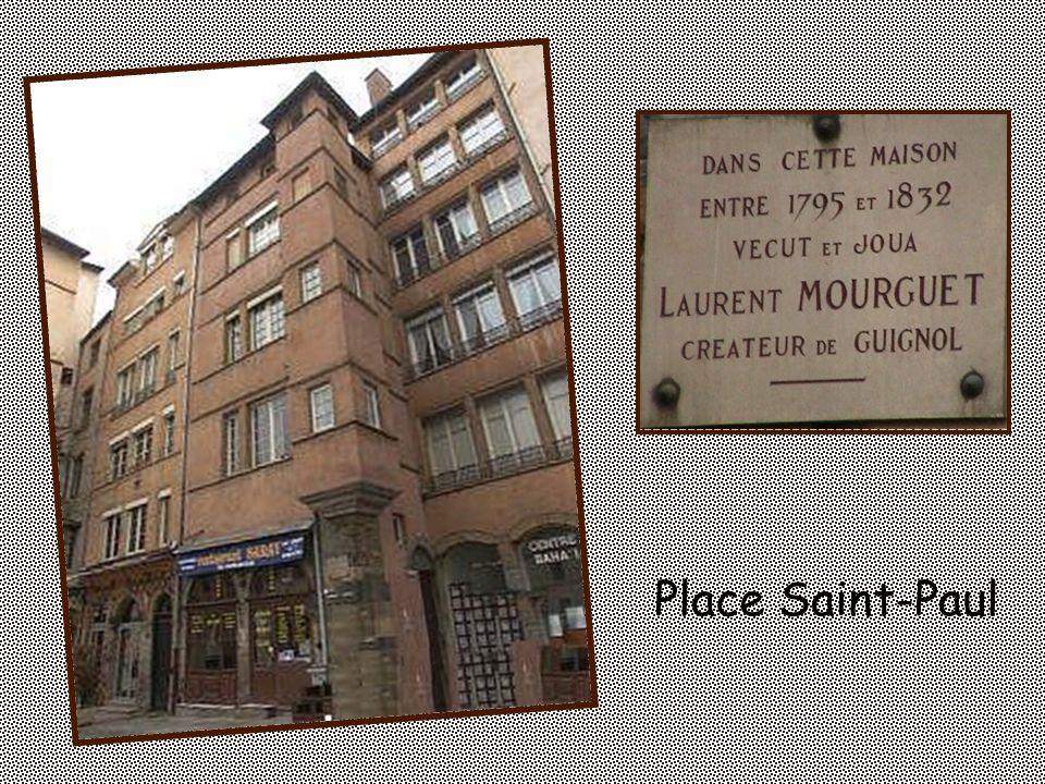 Place du Doyenné Au dos de la stèle sont inscrits les noms des marionnettistes. se trouve le buste de Laurent Mourguet.