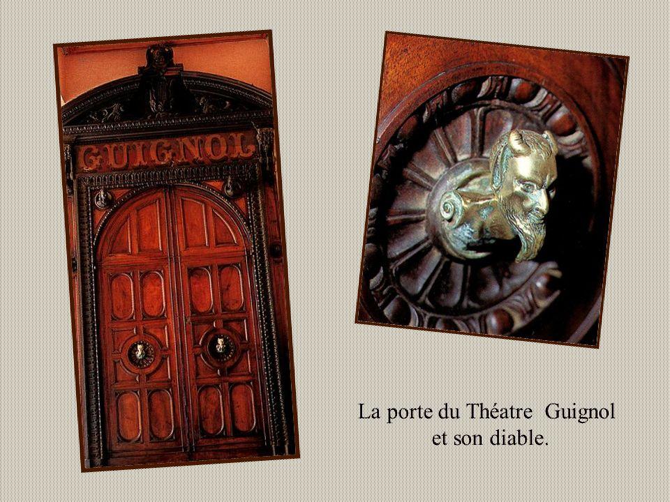 Cour des Pères Antonins Dans la chapelle fut installé le premier théâtre Guignol.