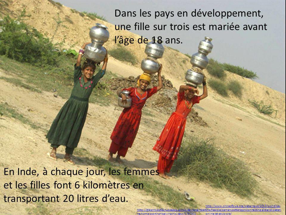 En Inde, à chaque jour, les femmes et les filles font 6 kilomètres en transportant 20 litres deau. http://www.circleofblue.org/waternews/2010/world/qa
