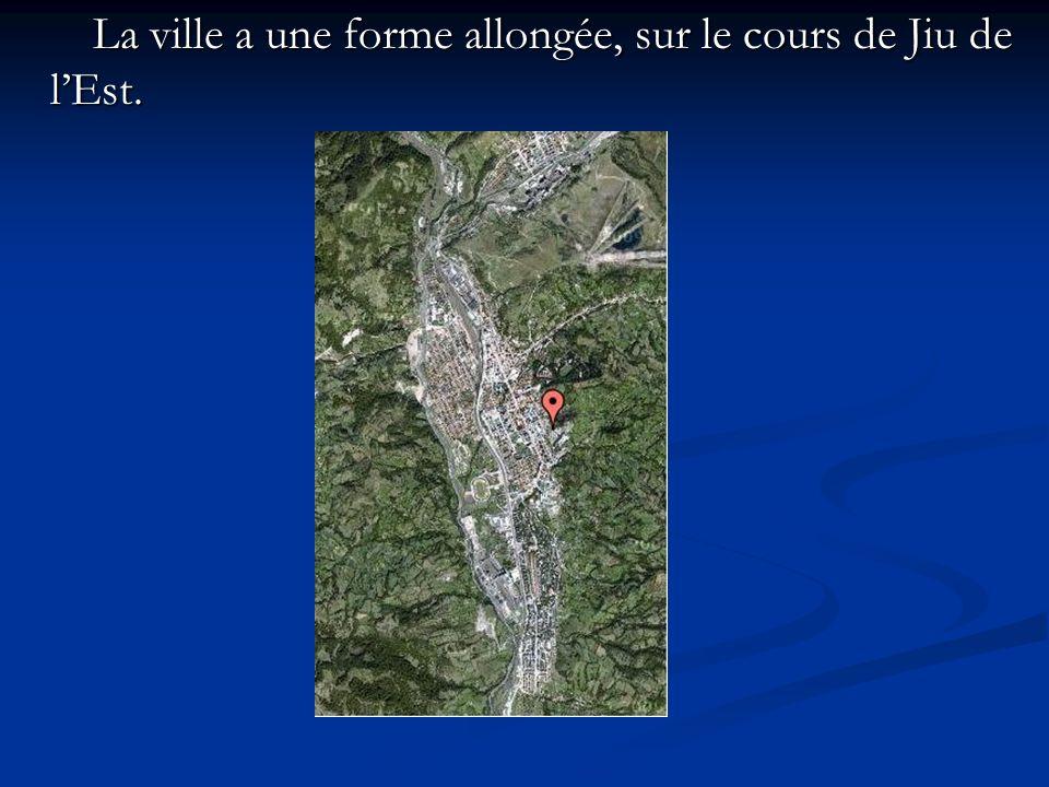 La ville a une forme allongée, sur le cours de Jiu de lEst. La ville a une forme allongée, sur le cours de Jiu de lEst.