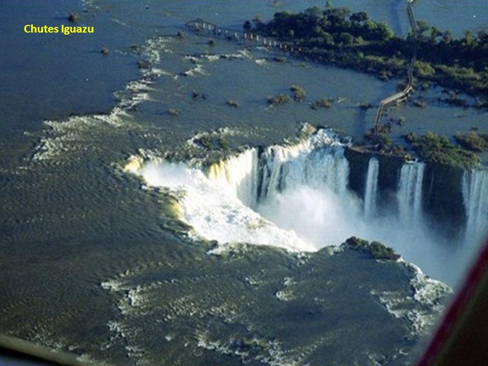 Les célèbres chutes Iguazu à la frontière du Brésil et de lArgentine
