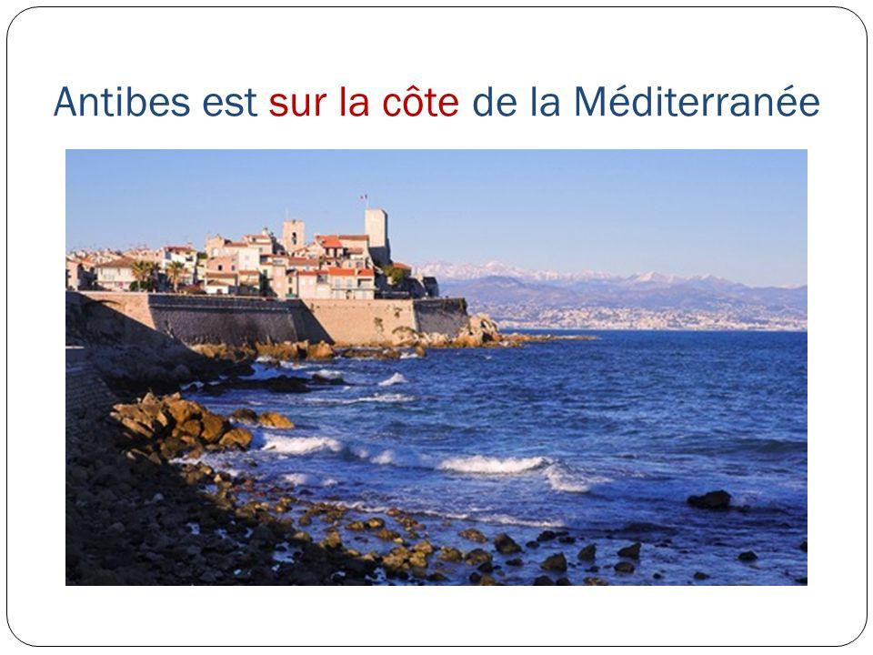 Antibes est sur la côte de la Méditerranée