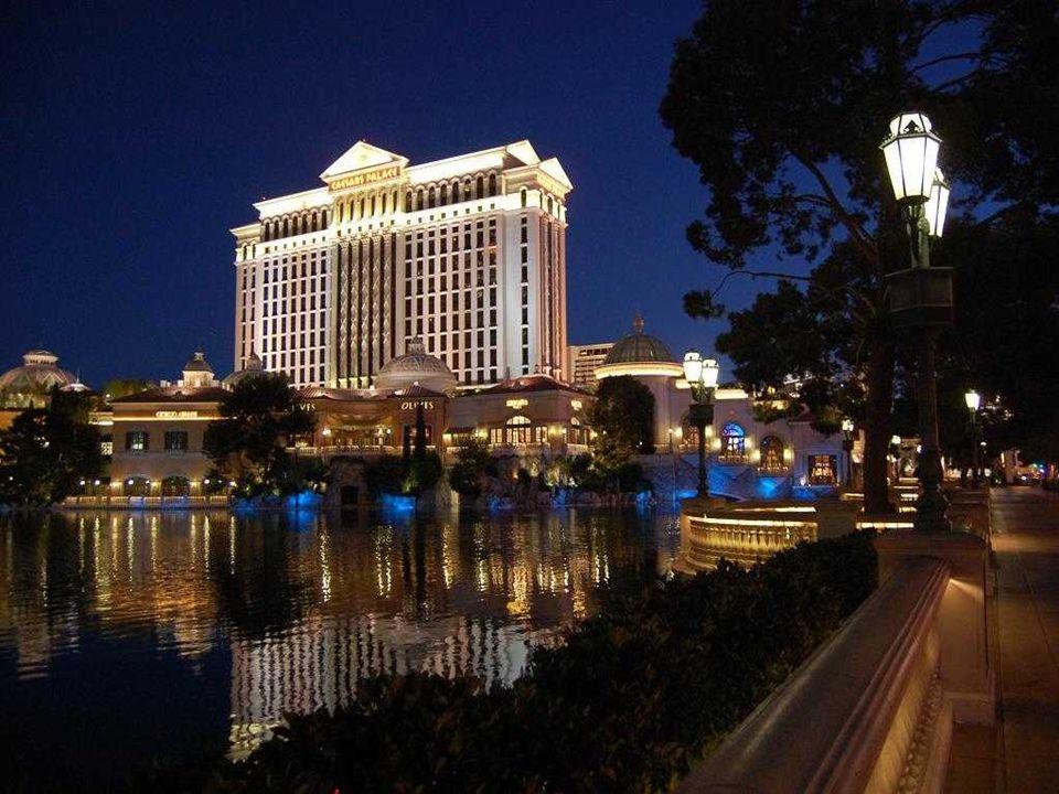 HOTEL CAESARS PALACE Son thème principal est l'Empire romain. Il a 3349 chambres dans les cinq tours
