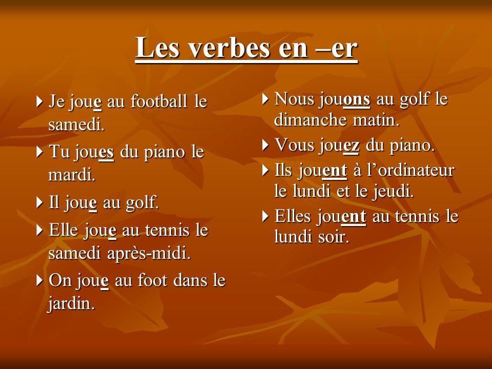 Les verbes en –er Je joue au football le samedi. Je joue au football le samedi.