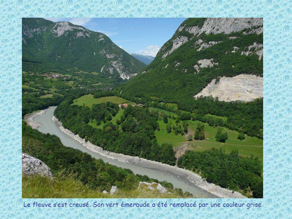Le fleuve sest creusé. Son vert émeraude a été remplacé par une couleur grise