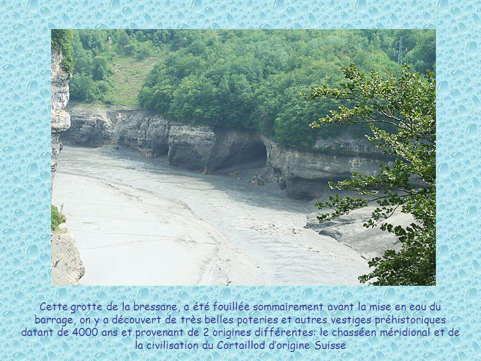 Cette grotte de la bressane, a été fouillée sommairement avant la mise en eau du barrage, on y a découvert de très belles poteries et autres vestiges