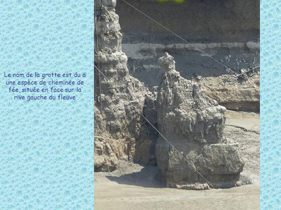 Le nom de la grotte est du a une espèce de cheminée de fée, située en face sur la rive gauche du fleuve