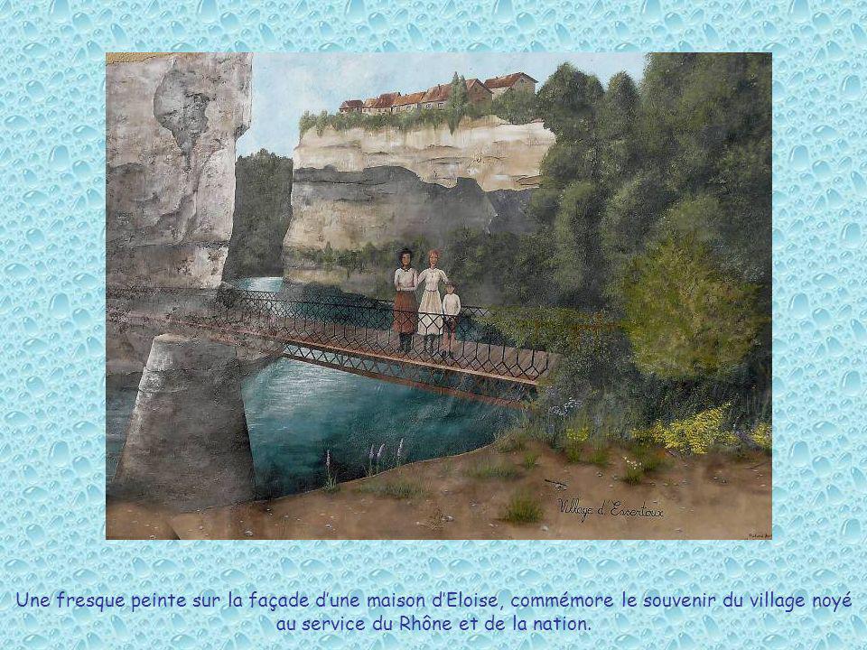 Une fresque peinte sur la façade dune maison dEloise, commémore le souvenir du village noyé au service du Rhône et de la nation.
