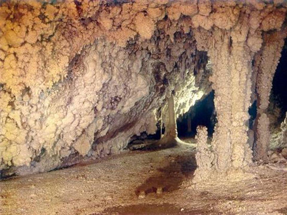 Il sagit dune cavité naturelle dont les parois sont tapissées de cristaux daragonite blanche. Le gouffre d Esparros mérite quon sy attarde.