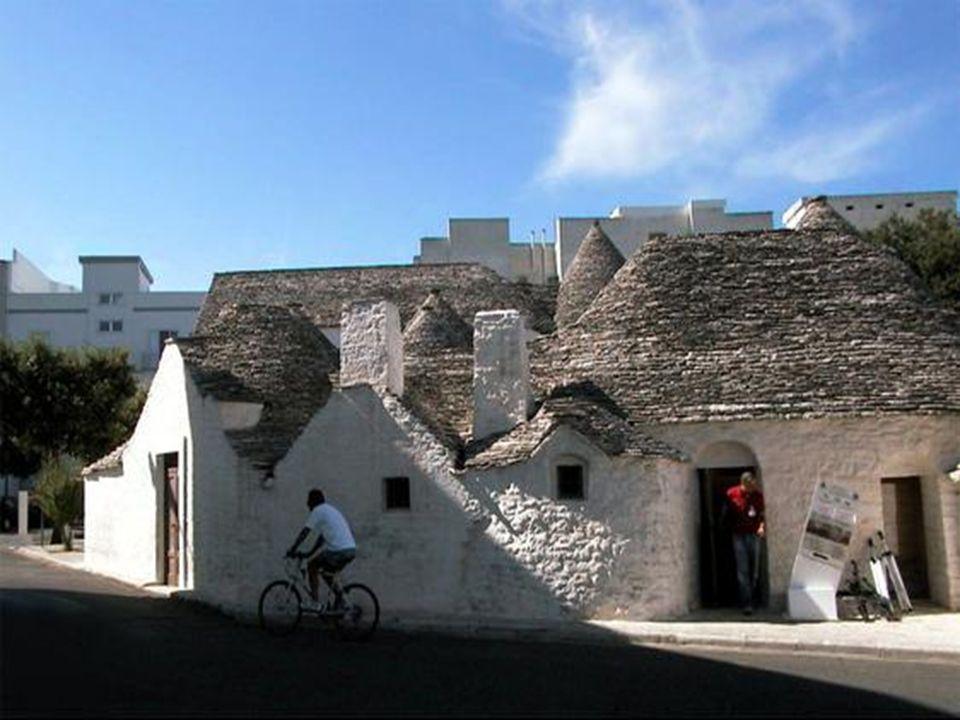 Alberobello est la capitale de la Vallée d'Itria, également connue sous le nom de la vallée des