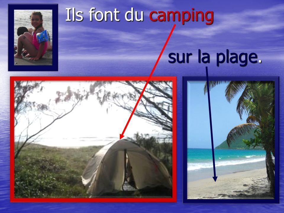 Ils font du camping sur la plage.
