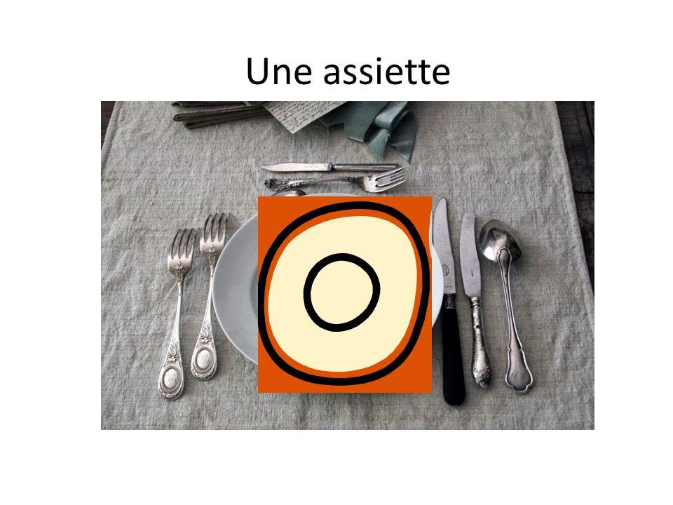 A table Au centre, il y a……