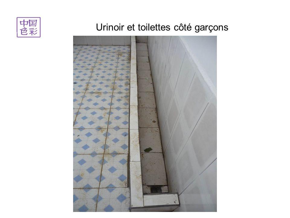 Urinoir et toilettes côté garçons