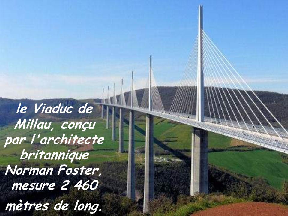 le Viaduc de Millau, conçu par l architecte britannique Norman Foster, mesure 2 460 mètres de long.