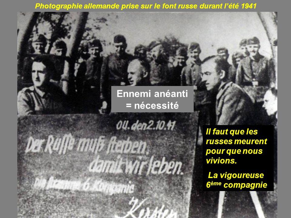 Photographie allemande prise sur le font russe durant lété 1941 Ennemi anéanti = nécessité Il faut que les russes meurent pour que nous vivions. La vi