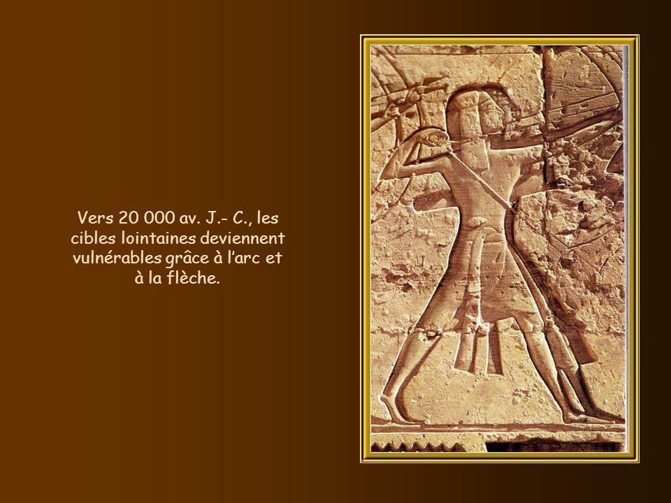 Vers 25 000 av. J.- C., le vêtement sajuste avec linvention du fil et des aiguilles. Ci-contre, un imperméable nippon.
