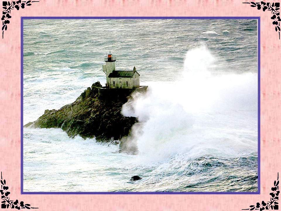 Le phare de Tévennec (Finistère – 29) Le phare de Tévennec a été construit, en pleine mer, sur le modèle d'une maison-phare, à quelques encablures du