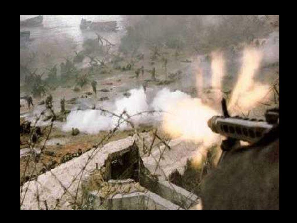 Tourelle de char émergeant d'un Widerstandnest devant Omaha Beach.