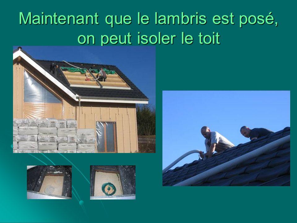 Maintenant que le lambris est posé, on peut isoler le toit