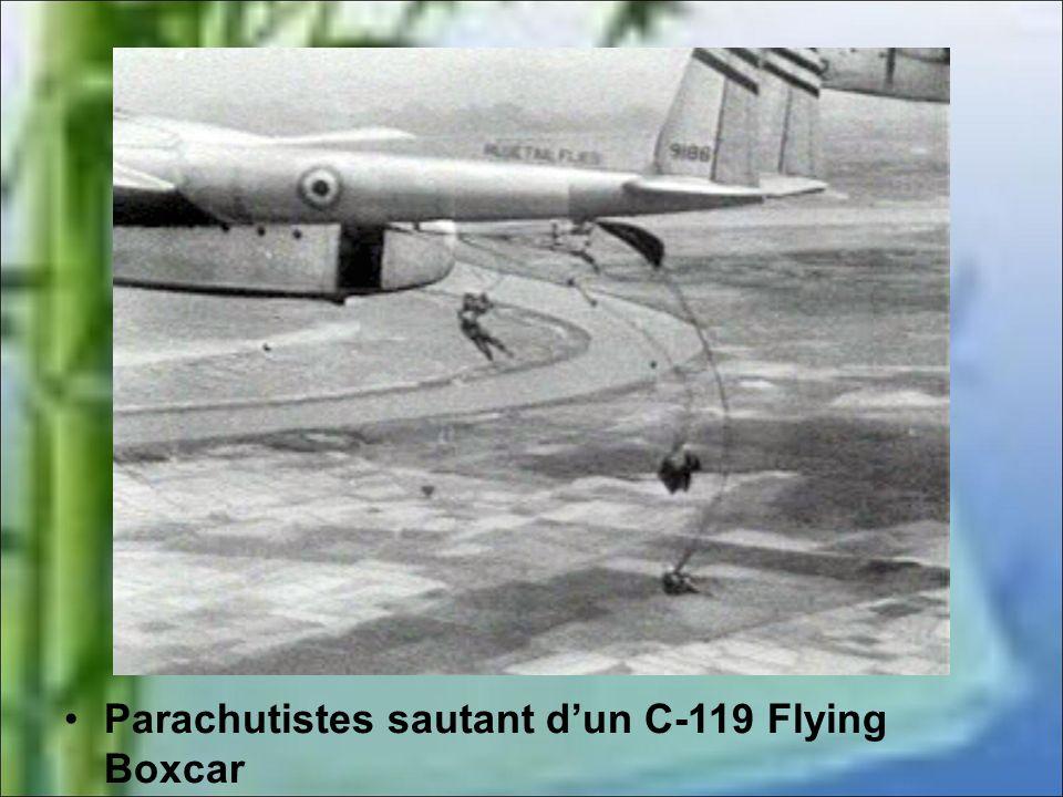 Parachutistes sautant dun C-119 Flying Boxcar
