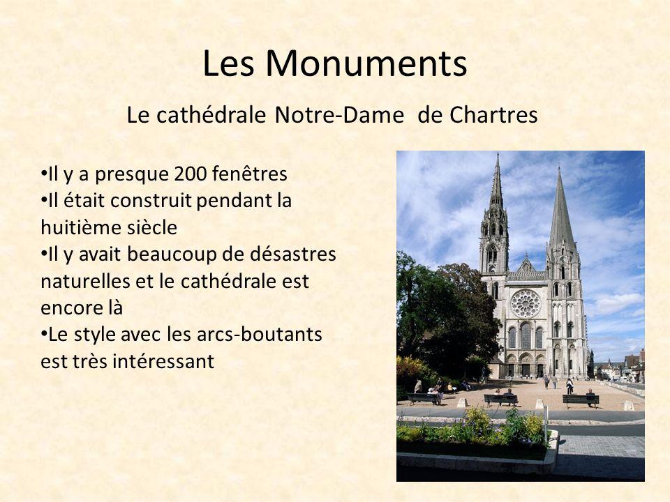 Les Monuments Il y a presque 200 fenêtres Il était construit pendant la huitième siècle Il y avait beaucoup de désastres naturelles et le cathédrale est encore là Le style avec les arcs-boutants est très intéressant Le cathédrale Notre-Dame de Chartres