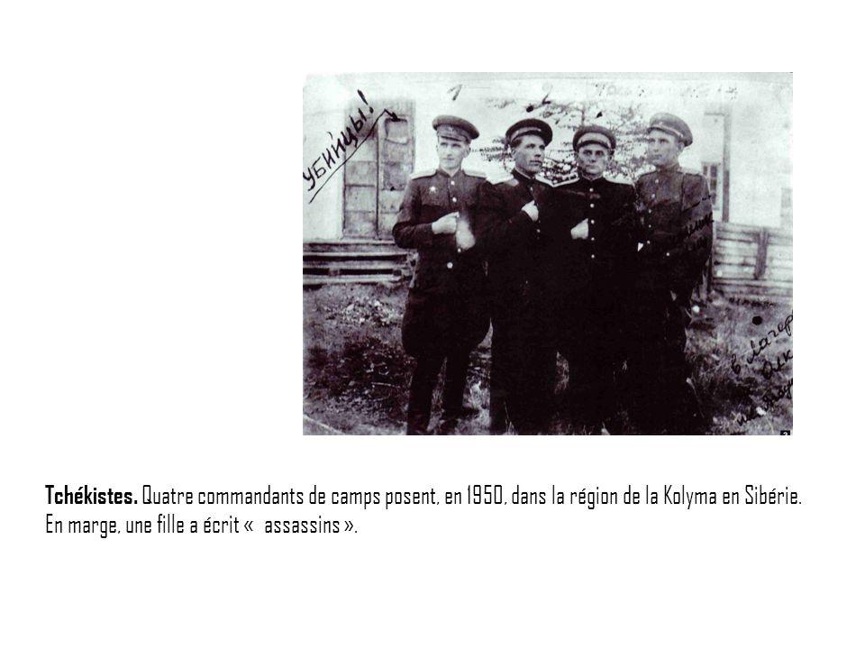 Tchékistes. Quatre commandants de camps posent, en 1950, dans la région de la Kolyma en Sibérie. En marge, une fille a écrit « assassins ».