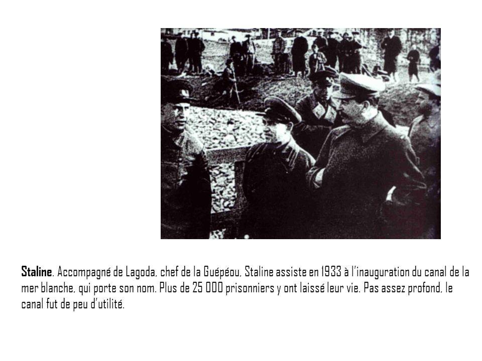 Staline. Accompagné de Lagoda, chef de la Guépéou, Staline assiste en 1933 à linauguration du canal de la mer blanche, qui porte son nom. Plus de 25 0