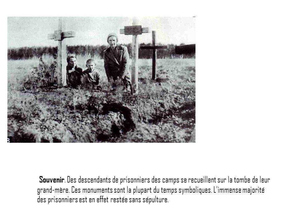 Souvenir. Des descendants de prisonniers des camps se recueillent sur la tombe de leur grand-mère. Ces monuments sont la plupart du temps symboliques.