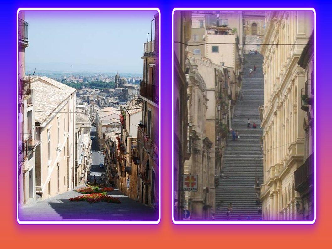 Escalier de 142 marches, qui date de 1608. Il relie la partie haute et basse de Caltagirone. Chaque marche est d' un décor différent en céramique insp