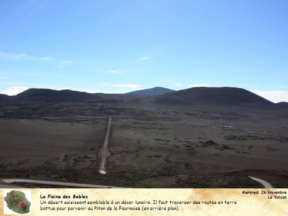 Le Piton de la Fournaise (2632 m) Le volcan le plus actif de la planète photographié depuis le Formica Leo : un petit cône volcanique formé suite à une éruption exceptionnelle en 1753.