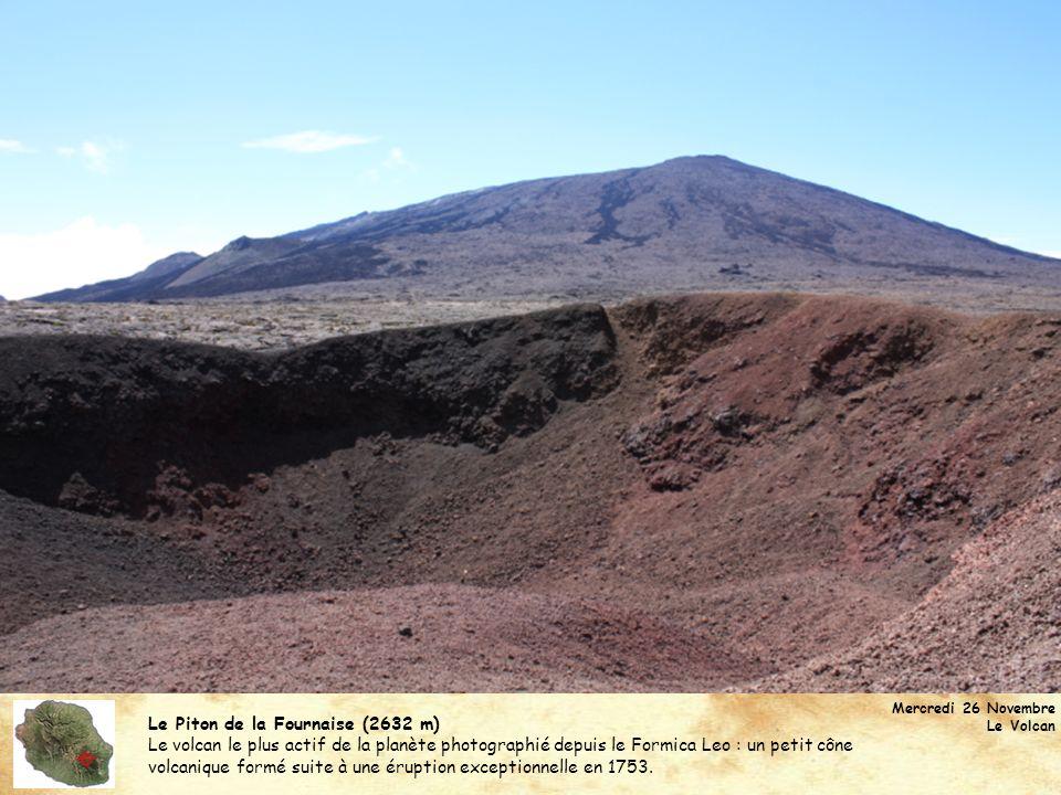 Le Piton de la Fournaise (2632 m) Le volcan le plus actif de la planète photographié depuis le Formica Leo : un petit cône volcanique formé suite à un