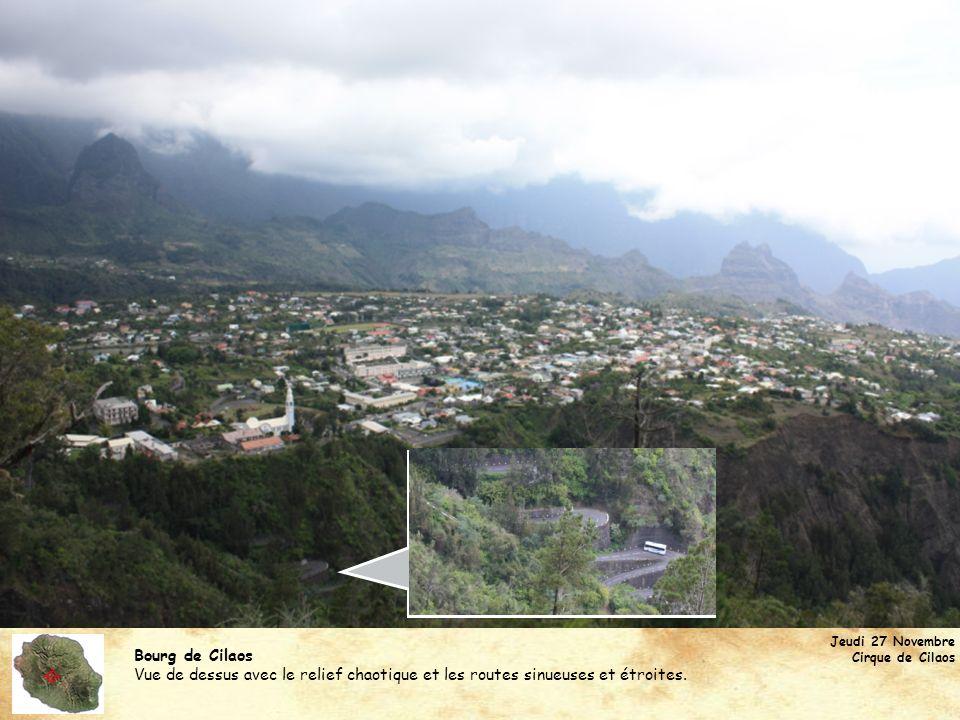 Bourg de Cilaos Vue de dessus avec le relief chaotique et les routes sinueuses et étroites. Jeudi 27 Novembre Cirque de Cilaos