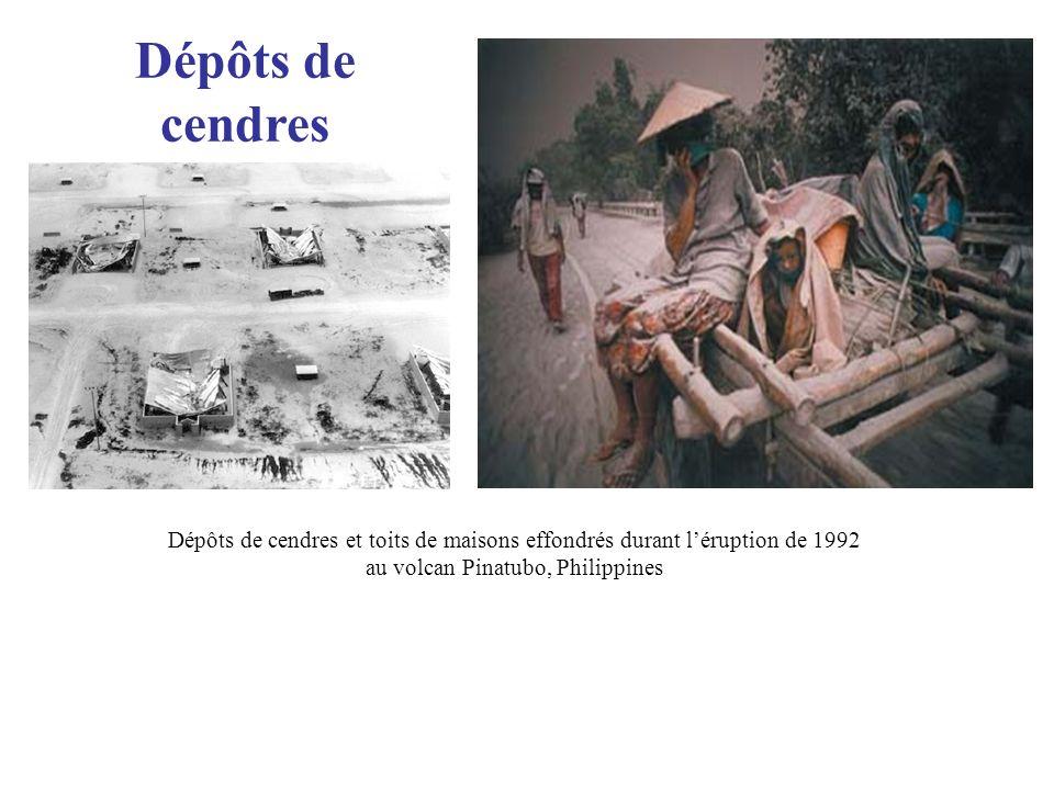 Dépôts de cendres Dépôts de cendres et toits de maisons effondrés durant léruption de 1992 au volcan Pinatubo, Philippines