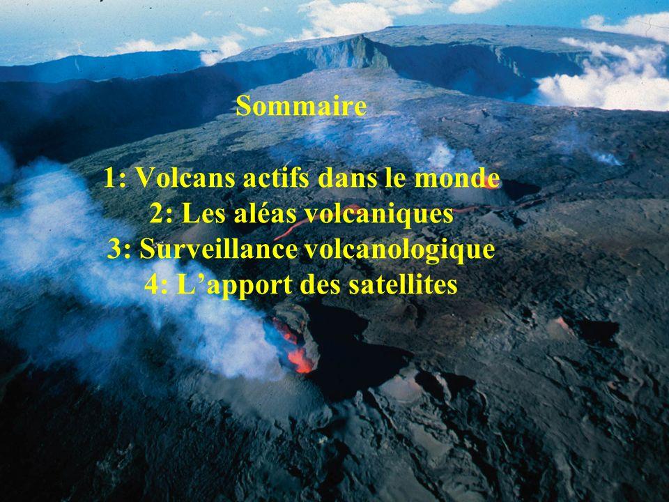 Volcans actifs dans le monde Principalement situés le long de frontières de plaques Aussi des volcans à lintérieur des plaques (volcans de points chauds) Beaucoup de volcans sous-marins