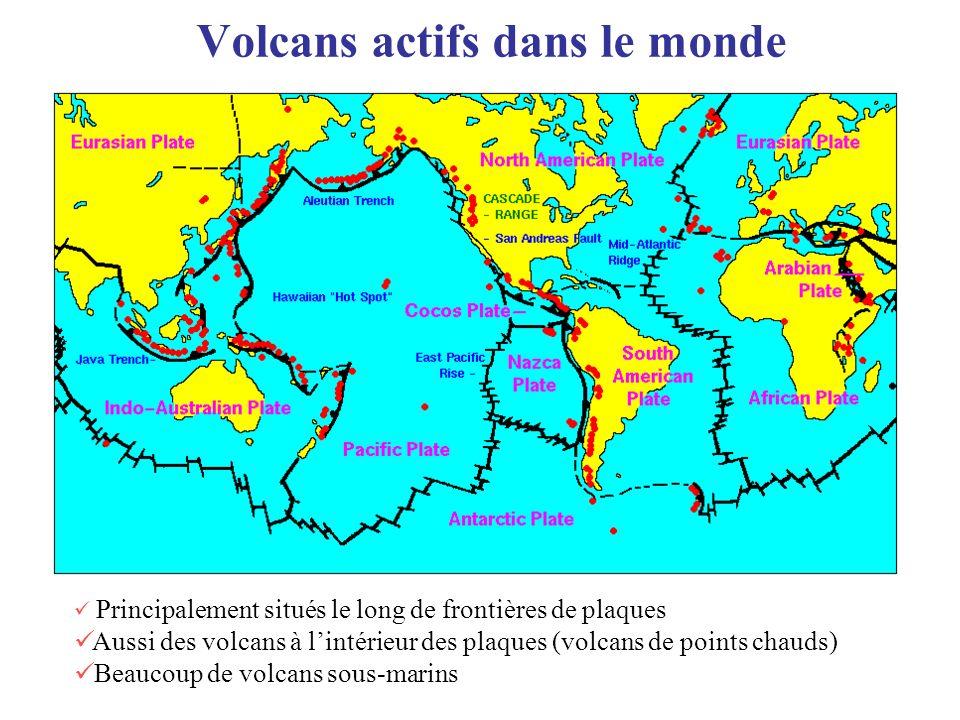 Volcans actifs dans le monde Principalement situés le long de frontières de plaques Aussi des volcans à lintérieur des plaques (volcans de points chau