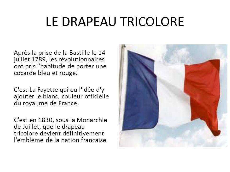 LE DRAPEAU TRICOLORE Après la prise de la Bastille le 14 juillet 1789, les révolutionnaires ont pris l'habitude de porter une cocarde bleu et rouge. C