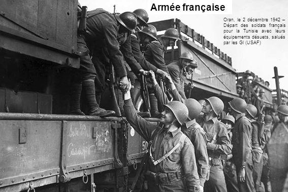 Oran, le 2 décembre 1942 – Départ des soldats français pour la Tunisie avec leurs équipements désuets, salués par les GI (USAF) Armée française
