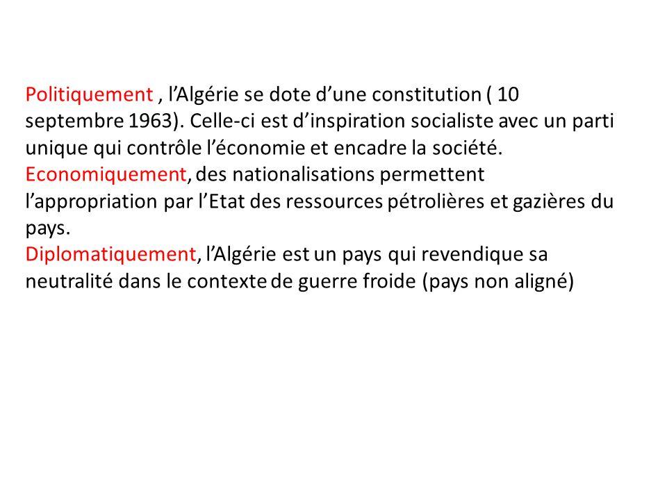 Politiquement, lAlgérie se dote dune constitution ( 10 septembre 1963). Celle-ci est dinspiration socialiste avec un parti unique qui contrôle léconom