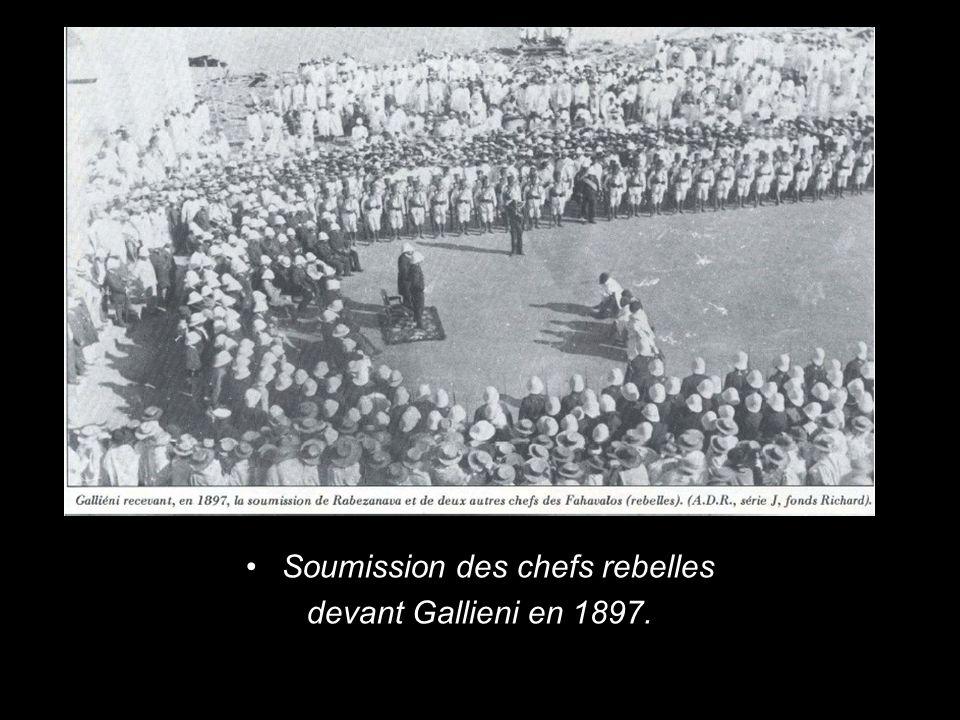 Soumission des chefs rebelles devant Gallieni en 1897.
