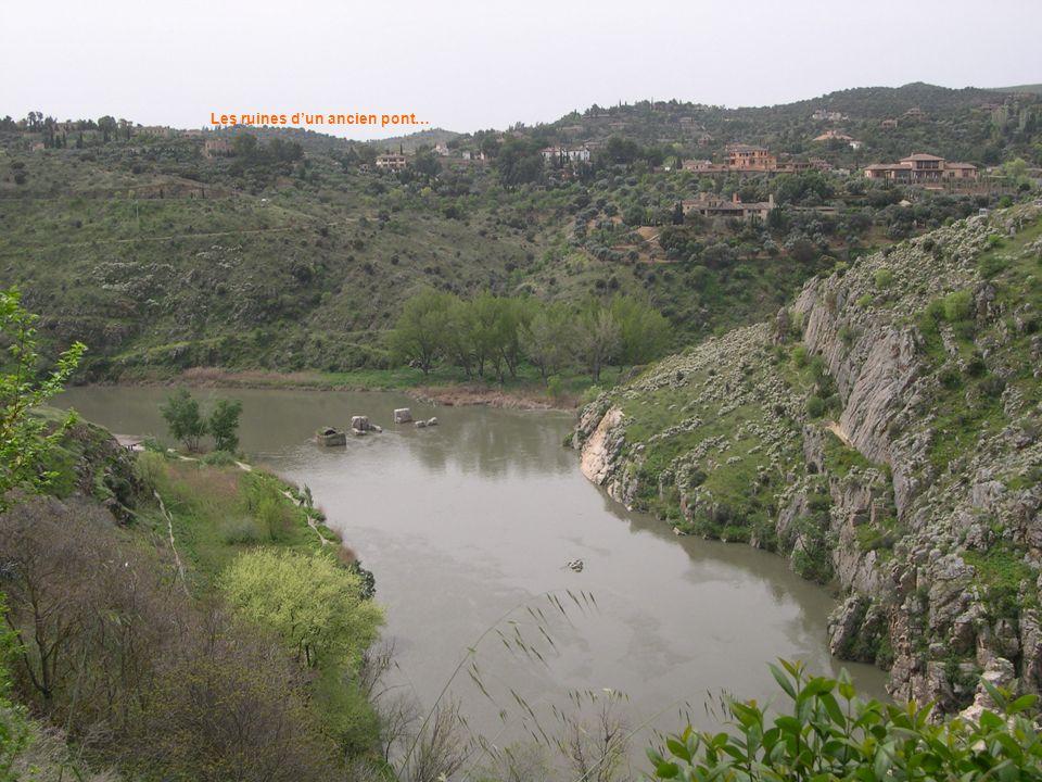 Les ruines dun ancien pont…